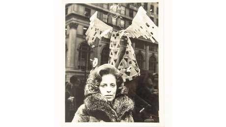 Em setembro de 1971, Zuzu Angel realizou um desfile-protesto em Nova York. As modelos usavam figurinos bordados com tanques, fuzis e canhões