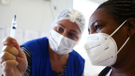 Até o momento, cerca de 22 milhões de brasileiros receberam as duas doses de alguma vacina que protege contra a covid-19