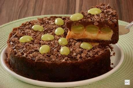 Guia da Cozinha - Torta de chocolate com leite em pó e uva