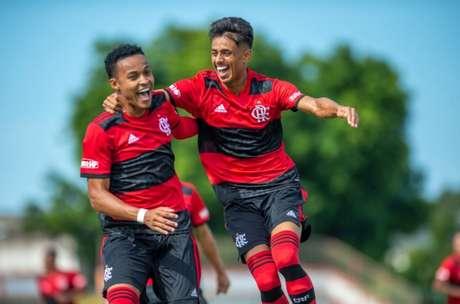 Lázaro (esquerda) abriu o marcador no jogo desta manhã (Foto: Marcelo Cortes / Flamengo)