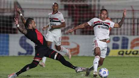 Pressão do Atlético Goianiense fez efeito contra o São Paulo (Foto: Rubens Chiri/SPFC)