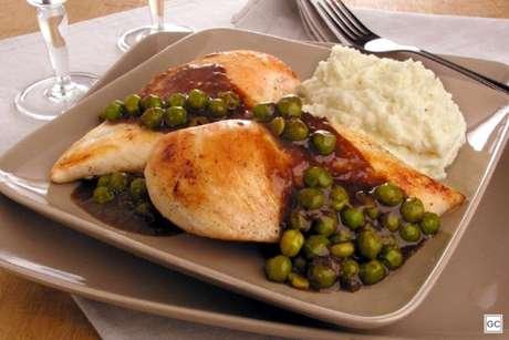 Guia da Cozinha - Peito de frango com molho de cerveja e ervilha