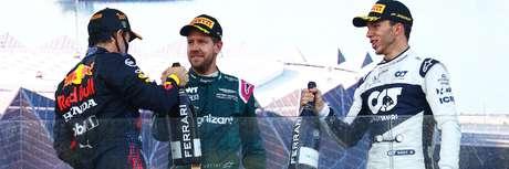O tetracampeão Vettel no pódio com Pérez e Gasly.