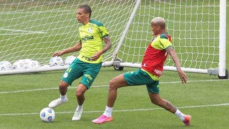 Deyverson disputa bola com Henri durante treino na Academia de Futebol (Foto: Cesar Greco/Palmeiras)