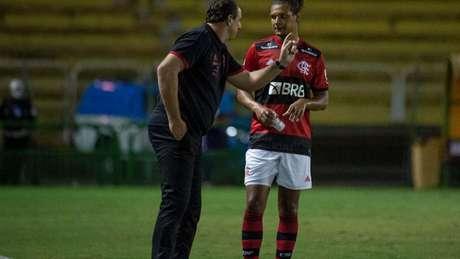 Rogério Ceni conversa com Arão, titular na zaga do Fla (Foto: Alexandre Vidal / Flamengo)