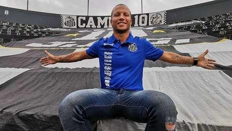 Carlos Sánchez renova com o Santos