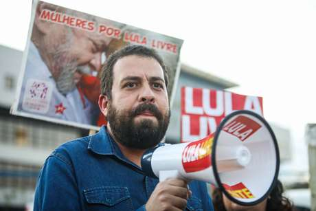 Guilherme Boulos durante visita ao ex presidente Luiz Inácio Lula da Silva, durante o período em que estava preso na Superintendência da Polícia Federal em Curitiba (PR)