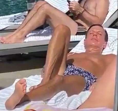 O governador João Doria tomando banho de sol em hotel, sem máscara