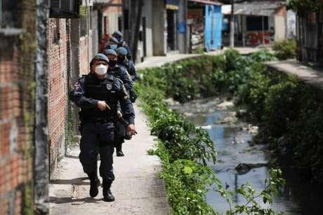 Policiais militares percorrem vielas e bairros de Manaus, após ataques ordenados pela facção criminosa Comando Vermelho