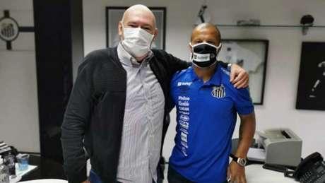 Carlos Sánchez ao lado do presidente Andres Rueda (Foto: Guilherme Kastner/Santos FC)