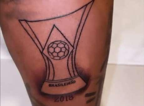 Deyverson tatuou a taça do decacampeonato brasileiro do Palmeiras (Foto: Reprodução/Instagram)