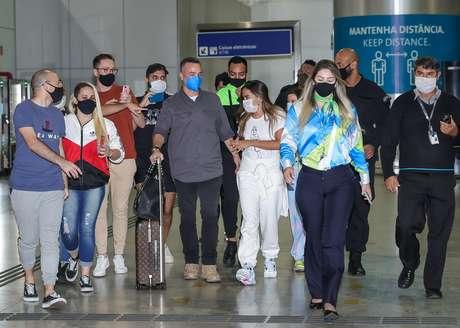 A artista foi flagarada no aeroporto na manhã desta segunda-feira (7).