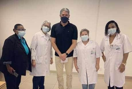 Bonner fez questão de ser fotografado entre os profissionais de saúde em um posto de vacinação no Rio