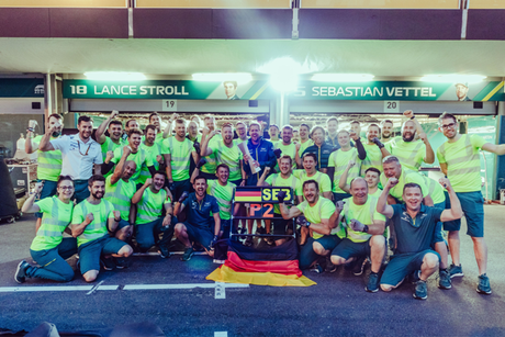 Aston Martin comemorando o segundo lugar histórico de Vettel.