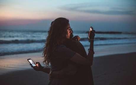 Quando se vive duas situações amorosas simultâneas o maior desafio não diz respeito a ignorar os valores normativos impostos pela sociedade, mas trata-se de transmutar as cargas emocionais trocadas entre os parceiros. -