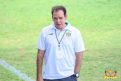 Léo Neiva comandando a seleção de São Cristóvão e Névis(Foto: Divulgação/ SKNFA)