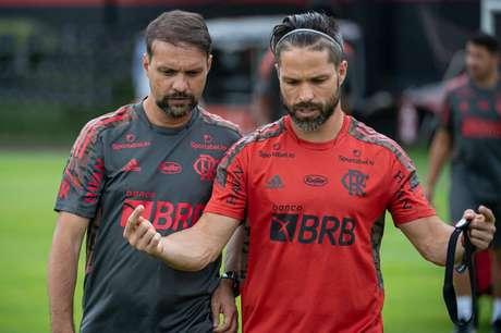 Maurício Souza e Diego conversam durante treino do Flamengo (Foto: Alexandre Vidal/Flamengo)