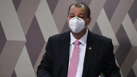 Aziz enxerga a falta de respostas e as contradições de Queiroga como discordância parcial das posições do presidente