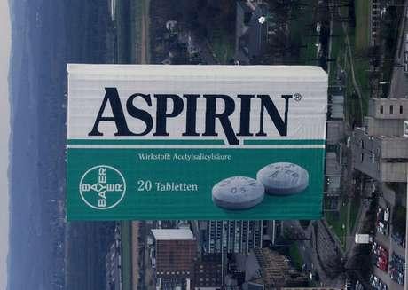 """Prédio administrativo da empresa química alemã Bayer AG em Leverkusen embrulhado como uma caixa gigante de """"Aspirina"""" para comemorar o 100º aniversário do famoso analgésico da empresa. 05/03/1999 AKW/NS"""