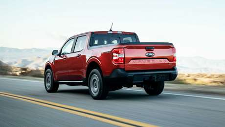 Tampa da caçamba traz o nome da Ford Maverick estampado em baixo relevo.