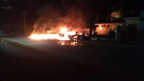 Delegacia integrada de polícia é atacada por criminosos em Caapiranga, interior do Amazonas. Três viaturas e um carro particular foram queimados
