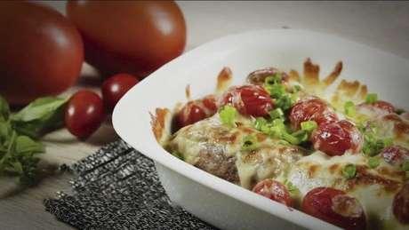 Guia da Cozinha - Receita fácil de bife à rolê com molho pesto
