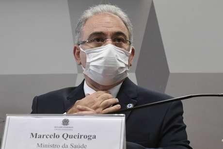 À mesa, ministro de Estado da Saúde, Marcelo Queiroga