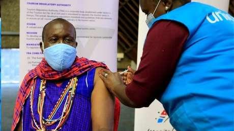 Unicef participa da distribuição de vacinas do consórcio Covax; acima, homem sendo vacinado no Quênia