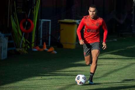 Matheuzinho em ação durante treino no Ninho do Urubu (Foto: Alexandre Vidal/Flamengo)
