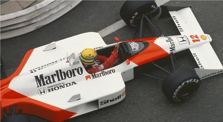 Ayrton Senna nas ruas de Mônaco.