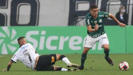 Renan disputa bola com Luan durante partida válida pela semifinal do Paulistão (Foto: Cesar Greco/Palmeiras)