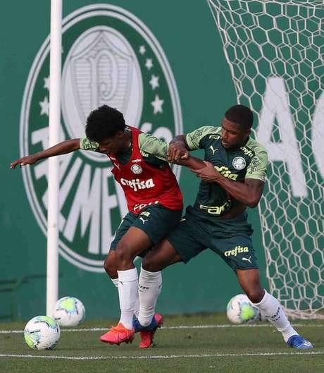 Os jogadores Pluas (da base) e Emerson Santos durante treinamento (Foto: Cesar Greco/Palmeiras)