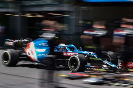 Esteban Ocon nos boxes em Baku