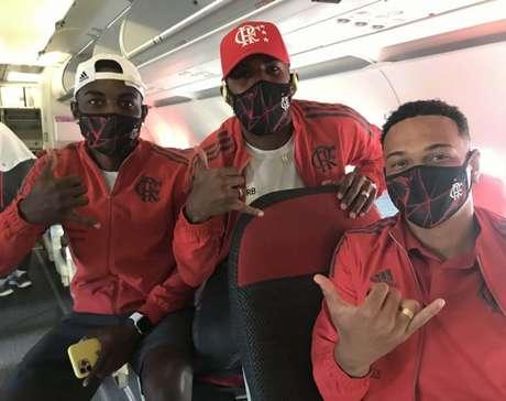 Ramon, Rodinei e Muniz posam para foto no avião (Foto: Divulgação/Flamengo)