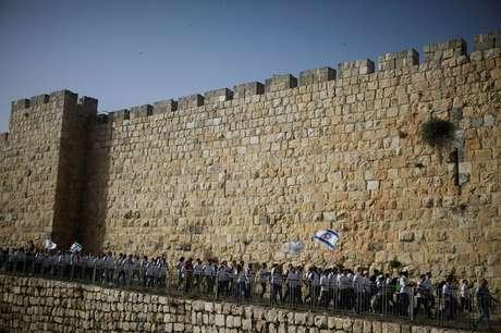 FOTO DO ARQUIVO: Jovens agitam bandeiras israelenses durante desfile que marca Dia de Jerusalém enquanto marcham ao redor dos muros que cercam a Cidade Velha de Jerusalém 10/05/2021 REUTERS/Nir Elias