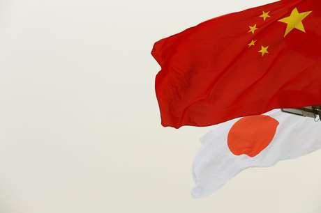 Bandeiras da China e do Japão em Pequim, China 28/10/2018 REUTERS/Thomas Peter