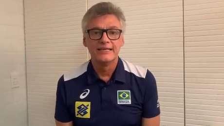 Renan Dal Zotto está se recuperando da covid para reassumir o comando da seleção de vôlei