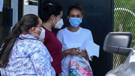 Rogel no momento de sua libertação; ela afirmou que seus sonhos de maternidade e carreira em enfermagem foram interrompidos por seu encarceramento