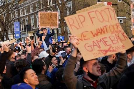 Torcedores ingleses protestaram contra a Superliga (Foto: ADRIAN DENNIS / AFP)