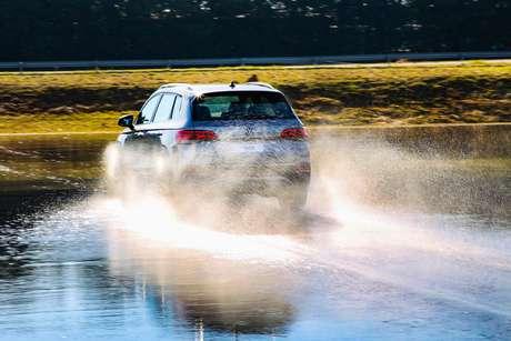 Sistema de vetorização de torque ajudou na pista molhada.