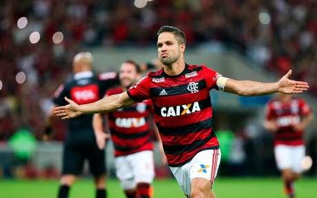 Diego sai para comemorar: camisa 10 foi o autor do último gol de falta do Fla (Foto: Gilvan de Souza / Flamengo)