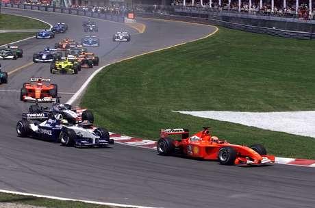 Michael Schumacher largou na frente e manteve a liderança sobre Ralf