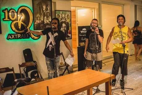 Xande de Pilares (esquerda) e Ronaldinho Gaúcho (direita) em gravação da nova música do ex-atleta (Divulgação)