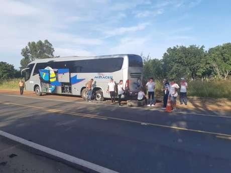Gilmar Bahia precisou ajudar na troca de pneu furado do ônibus (Arquivo Pessoal)