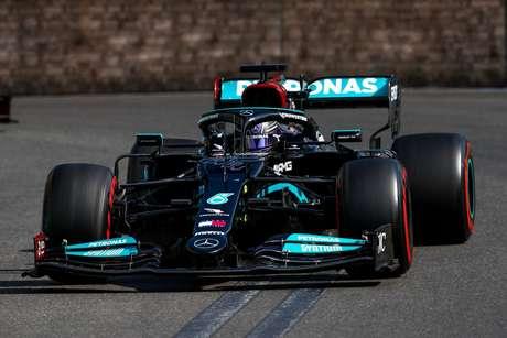 Lewis Hamilton arriscou demais na relargada, perdeu a segunda colocação e terminou o GP do Azerbaijão na 15ª posição