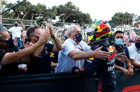 O emblemático abraço de Helmut Marko em Sergio Pérez após vitória no Azerbaijão