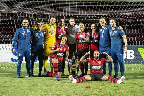 Jogadores e comissão técnica do Flamengo celebrando o título Brasileiro de 2020 (Foto: Alexandre Vidal/Flamengo)