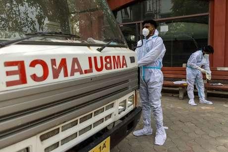 Profissonais de saúde em trajes de proteção colocam corpo de pessoa que morreu de Covid-19 em ambulância em Nova Délhi 10/06/2021 REUTERS/Danish Siddiqui