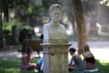 Busto do poeta italiano Dante Alighieri em Roma, na Itália 01/06/2021 REUTERS/Yara Nardi