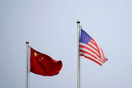 Bandeiras da China e dos Estados Unidos em Xangai, China 14/04/2021 REUTERS/Aly Song/Foto de arquivo